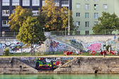 Some people have a break at the at the pier of the Danube Canal - Vienna — Stock Photo