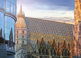 St. Stephan cathedral and the modern Haas Haus in Vienna — Stock Photo