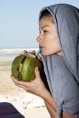 Beautiful woman drinking coconut juice — Stok fotoğraf