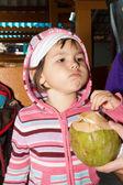 Cevizli tatlı küçük kız — Stok fotoğraf