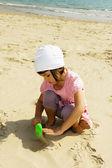 Kumlu plajda oynayan çocuk — Stok fotoğraf