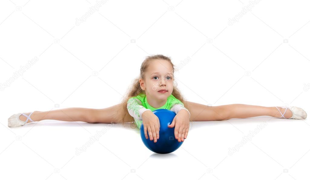 Фото девушка рисует сидя на полу