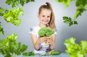 Girl eats vegetables — Стоковое фото