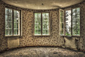 Dilapidated living room in an abandoned house — Stock Photo