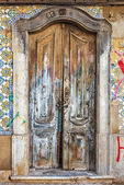 Weathered house wooden door in Olhao — Stock Photo