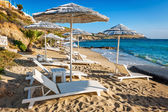 Loungers and parasols on little beach in Mykonos — Stock Photo