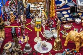 Odds and ends on a flea market stall — Stock Photo