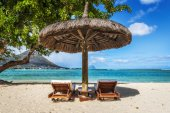 Loungers and umbrella on tropical beach in Mauritius — Stock Photo