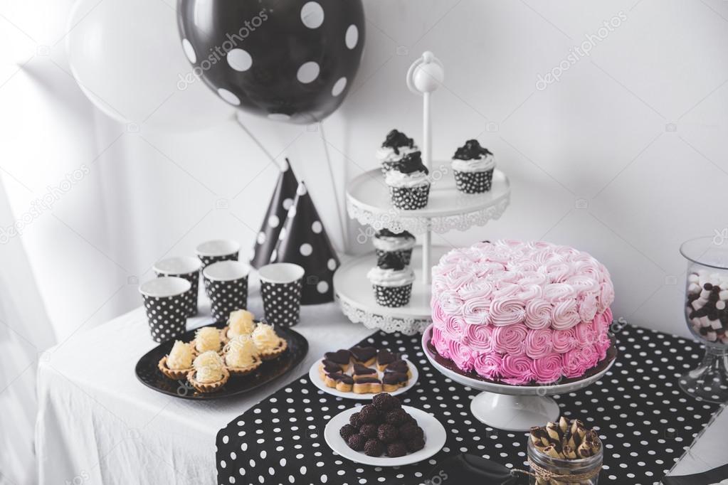 Decoraci n de fiesta de cumplea os blanco y negro foto de stock odua 121598472 - Decoracion blanco y negro ...