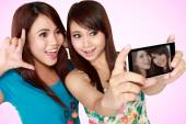 Woman take a photo from mobile phone — Stockfoto