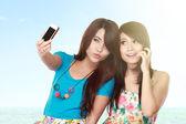Female friends take picture — Stockfoto