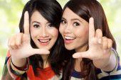 Två flickor i en glad vänskap — Stockfoto