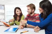 Tre mångkulturella student, studera tillsammans — Stockfoto