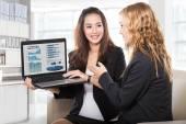两个友好的女企业家坐和讨论用的新想法 — 图库照片