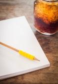 鉛筆・ アイス コーラのガラスと空白のノートブックを開く — ストック写真