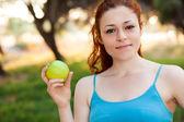 Yeşil elma olan kadın — Stok fotoğraf