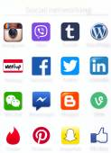 Social networking apps icons printed on paper — Stockfoto