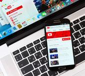 Youtube on Samsung Galaxy S4 device display — Stock Photo