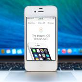 New iOS 8 homescreen on an white iPhone display — Stock Photo