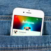 Silver Apple iphone 6 displaying Instagram application — Stock Photo