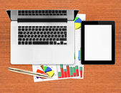 Lieu de travail avec tablette numérique et ordinateur portable — Photo