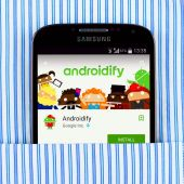 Samsung Galaxy S4 displaying Androidify app — Stock Photo