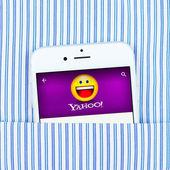 White iPhone 6 displaying Yahoo application — Stock Photo
