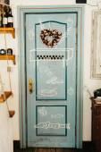 Mooie rustieke deur met roze hart — Stockfoto
