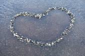 Heart shape made with pebbles — Stockfoto