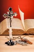 Christian crucifix and bible — 图库照片
