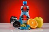 Água de aptidão e alimentos saudáveis — Fotografia Stock