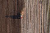 Oogst velden met trekker — Stockfoto