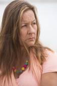 Doordachte triest eenzame vrouw buiten — Stockfoto