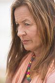 思いやりのある怒っている孤独な女性の屋外 — ストック写真