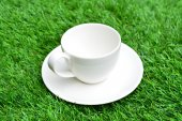 杯咖啡在绿色草地上 — 图库照片
