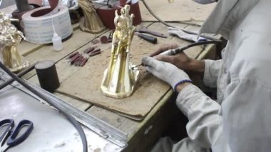 Workers castigate bronze casting products — Stockvideo