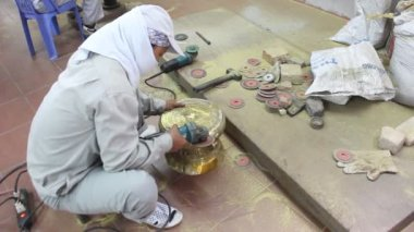 Workers castigate bronze casting products — Stock Video