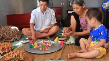 Bir aile, renkli pirinç tozu ile çocuklar için oyuncaklar sıkmak — Stok video