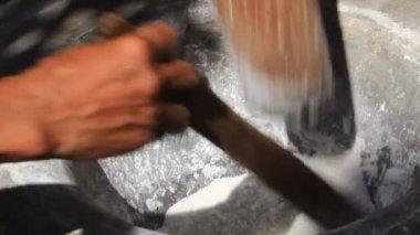Farmers pounding rice into flour — Stock Video