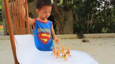 Boy play Tohe, the traditional toys in Vietnam made by colored rice powder — Stock Video