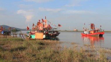 Geleneksel tekne halk festivaller bir nehir üzerinde gerçekleşir — Stok video
