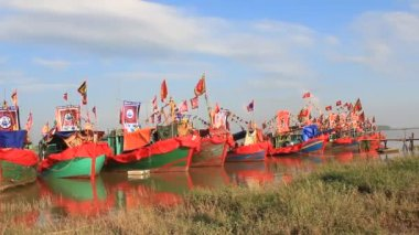 Performed traditional boat on the river in folk festivals — Stock Video