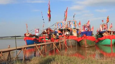 Performed traditional boat on the river in folk festivals — Stockvideo