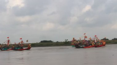 Wykonane tradycyjną łodzią na rzece w festiwalach ludowych — Wideo stockowe