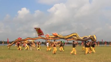 A group of Asian people dance dragon in folk festivals — 图库视频影像