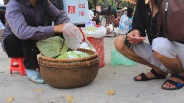 Žena prodej smažená rýže na trhu — Stock video