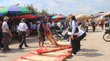 Mercado de venta de alfombras de cama — Vídeo de stock