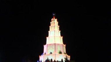 A torre do templo com luzes — Vídeo stock