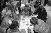 Examen de la gente para hacer la torta de la haba — Foto de Stock