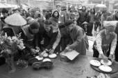 Examen de la gente para hacer arroz torta redonda — Foto de Stock